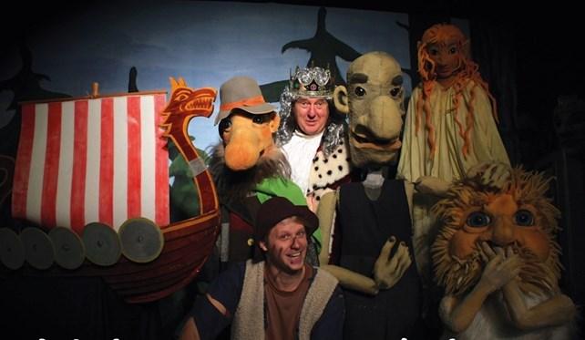 Skuespillere med og uten masker samt et vikingskip
