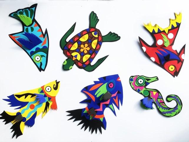 Fisker og andre sjødyr laget av papir i sterke farger